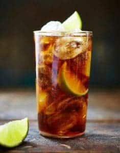 cóctel de whisky cola